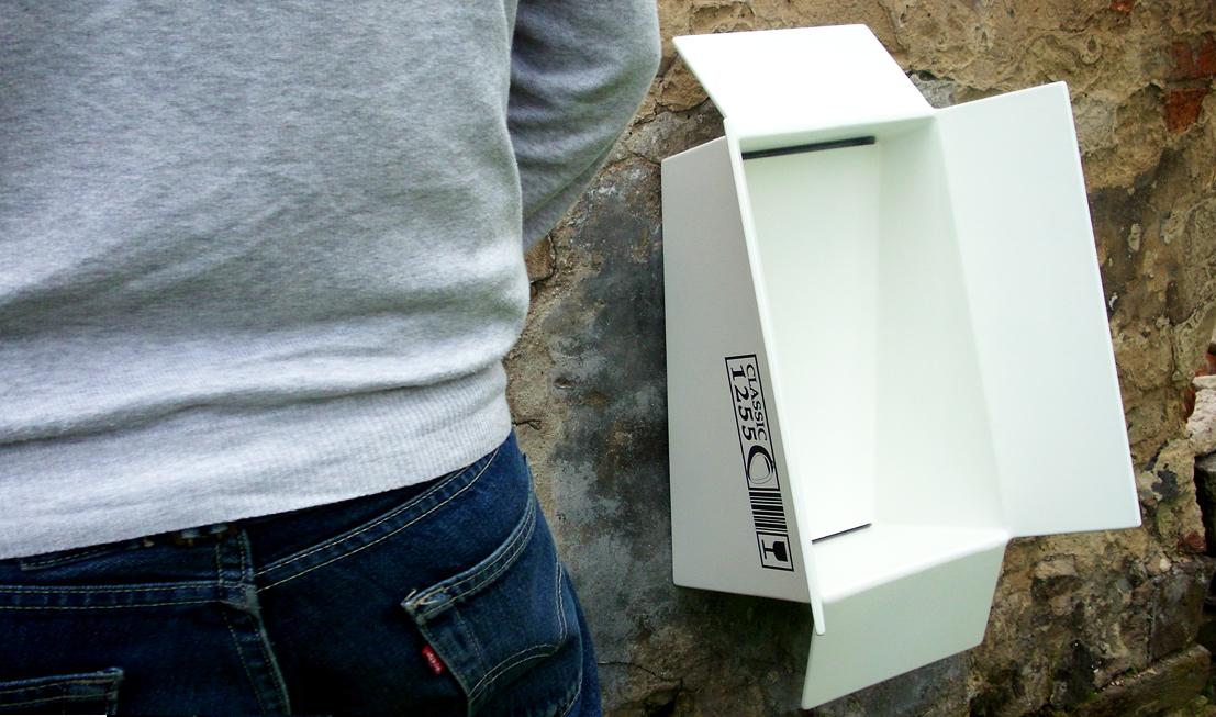 Design koncept Pisoár Pixle - obal se mění na objekt, z krabice od pisoáru se stává pisoár. Původní účel připomíná grafika na boku.