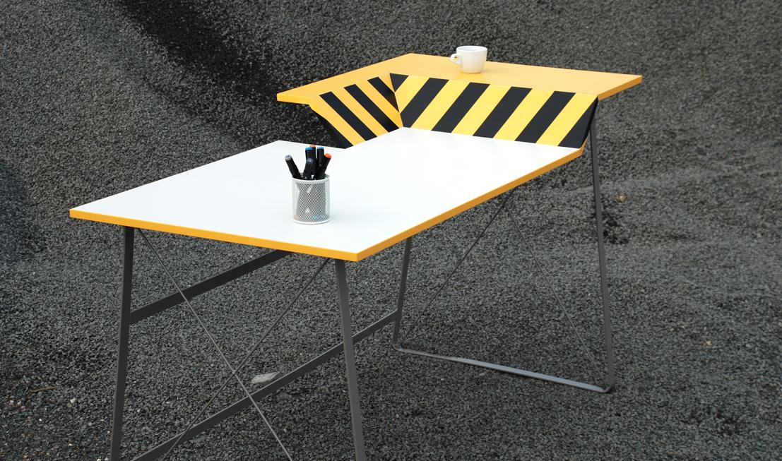 Stůl HardWorker má dvouúrovňovou pracovní plochu. Na vyšší část si můžete odložit křehké věci nebo třeba šálek kávy.