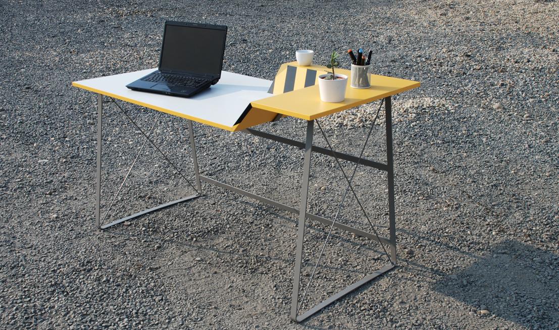 Kovová konstrukce dává stolu lehkost a stabilitu.