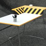 Stůl HardWorker má dvouúrovňovou pracovní plochu. Na vyšší část si můžete odložit křehké věci nebo třeba šálek kávy - ideální pro ty, co si už nechtěně polili stůl.