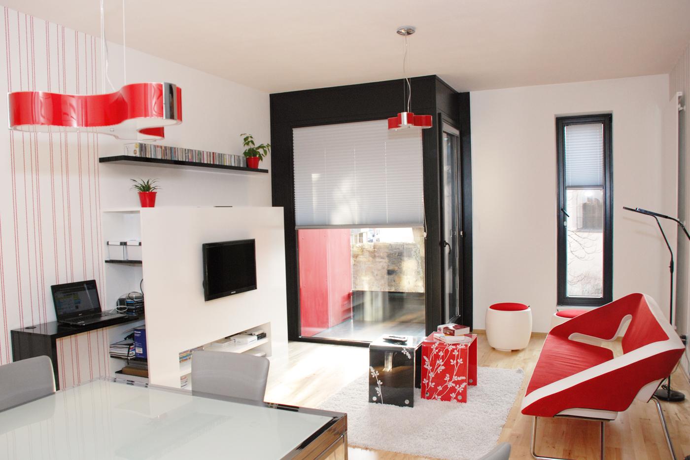 Design interiéru bytu v ostravském centru tvoří čisté linie víceúčelového TV bloku s PC stolíkem a barevně sladěný nábytek.