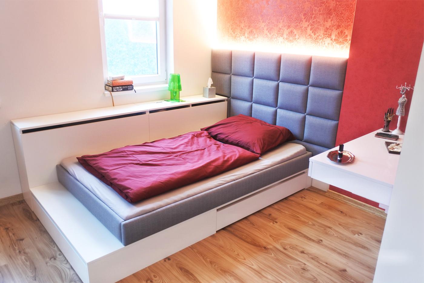 Dámský budoár – tak mile nazvala klientka svou novou ložnici. Výškově dělená postel skrývá různé úložné prostory.
