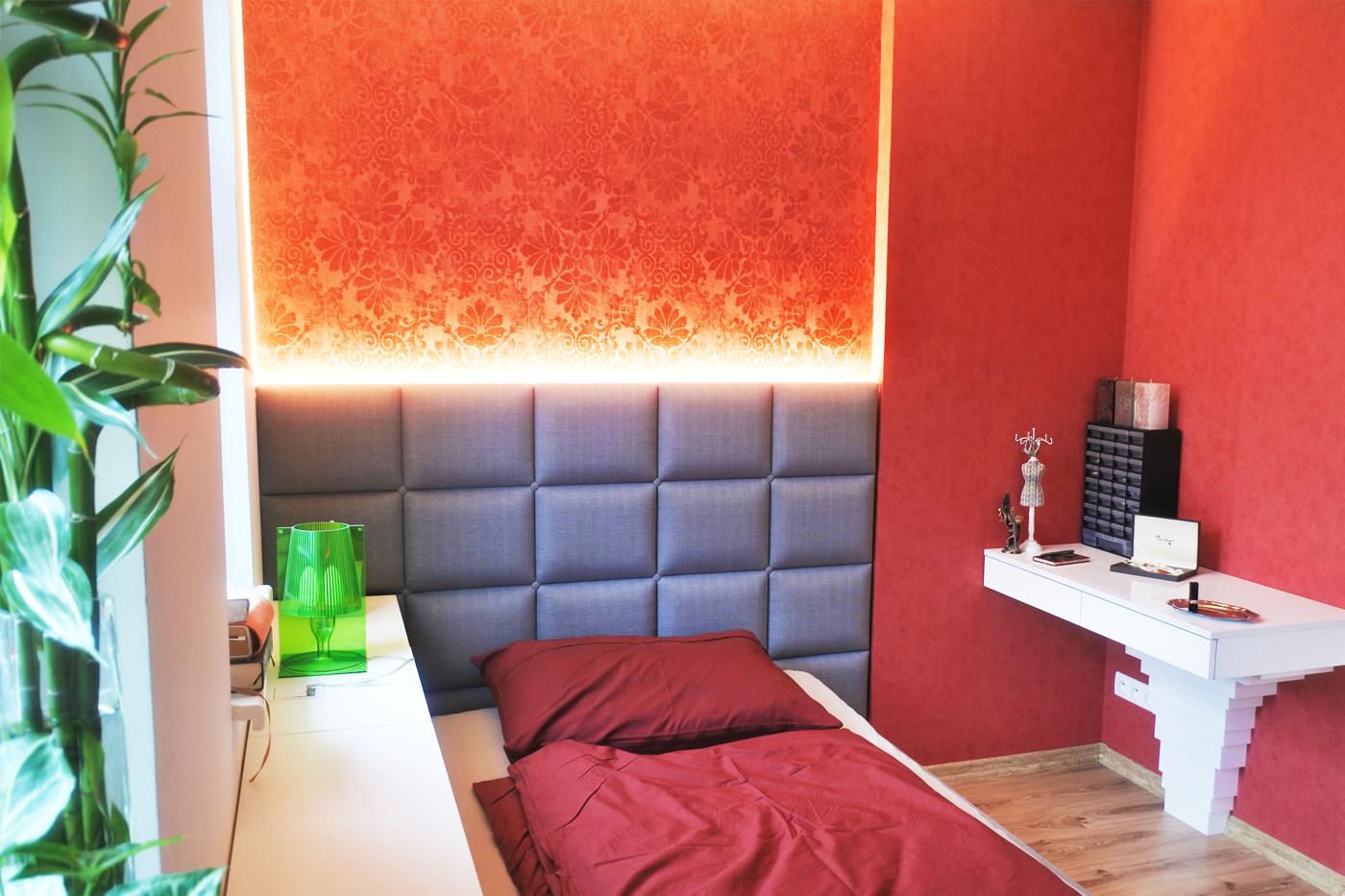 Součásti budoáru je i malý kosmetický stolík (jeho podpěru navrhl pan Ryšánek).