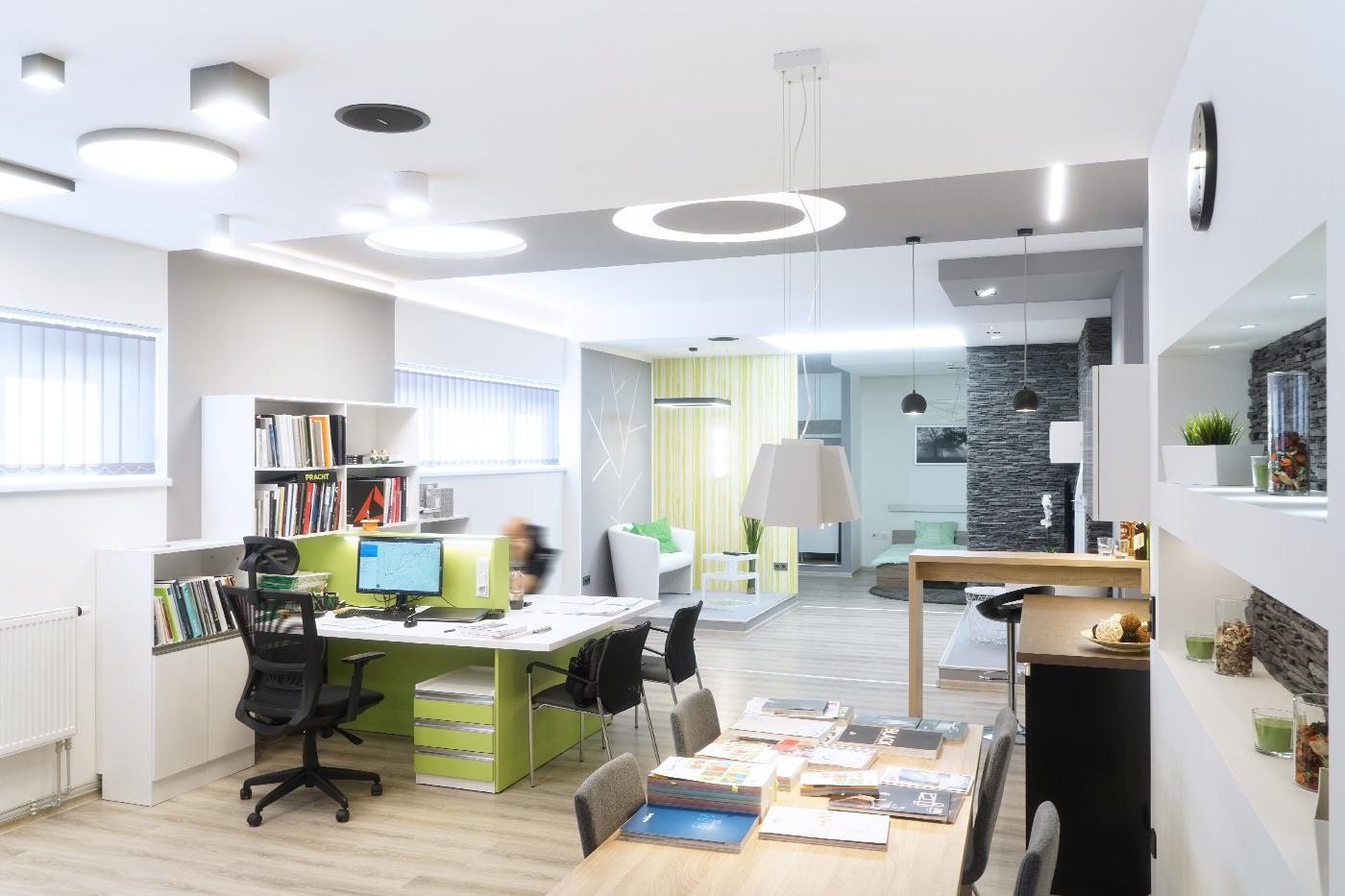 Součástí showroomu jsou i pracovní místa pro obchodníky a techniky.