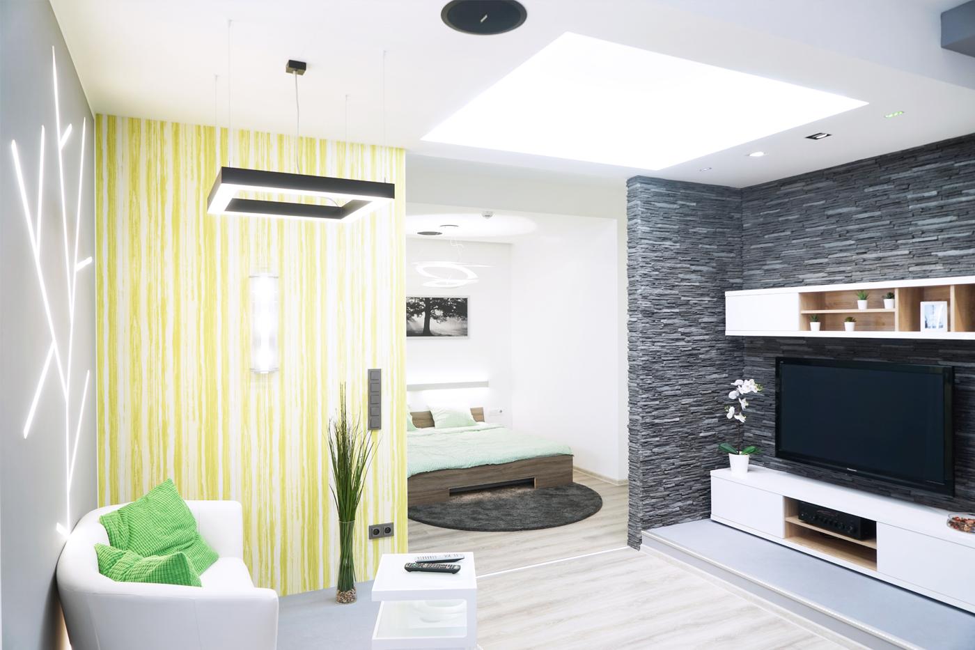 Byly vybudovány niky, snížené stropy a předsazené příčky, které dělí prostor na jednotlivé pokoje.