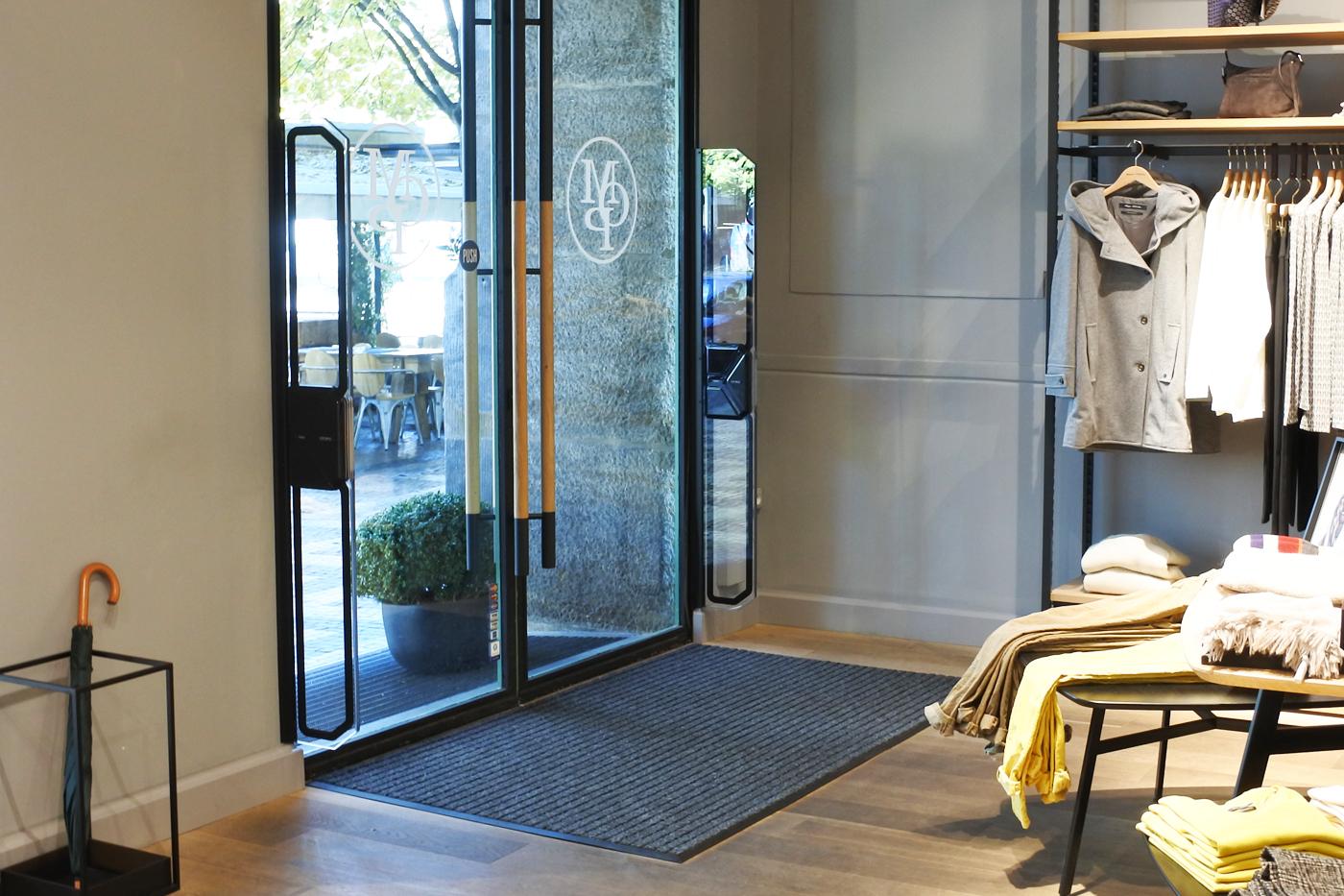 Mechanika CDTR 250 Doorsystem na rámu dveří. Prodejna Marc O´Polo Praha.