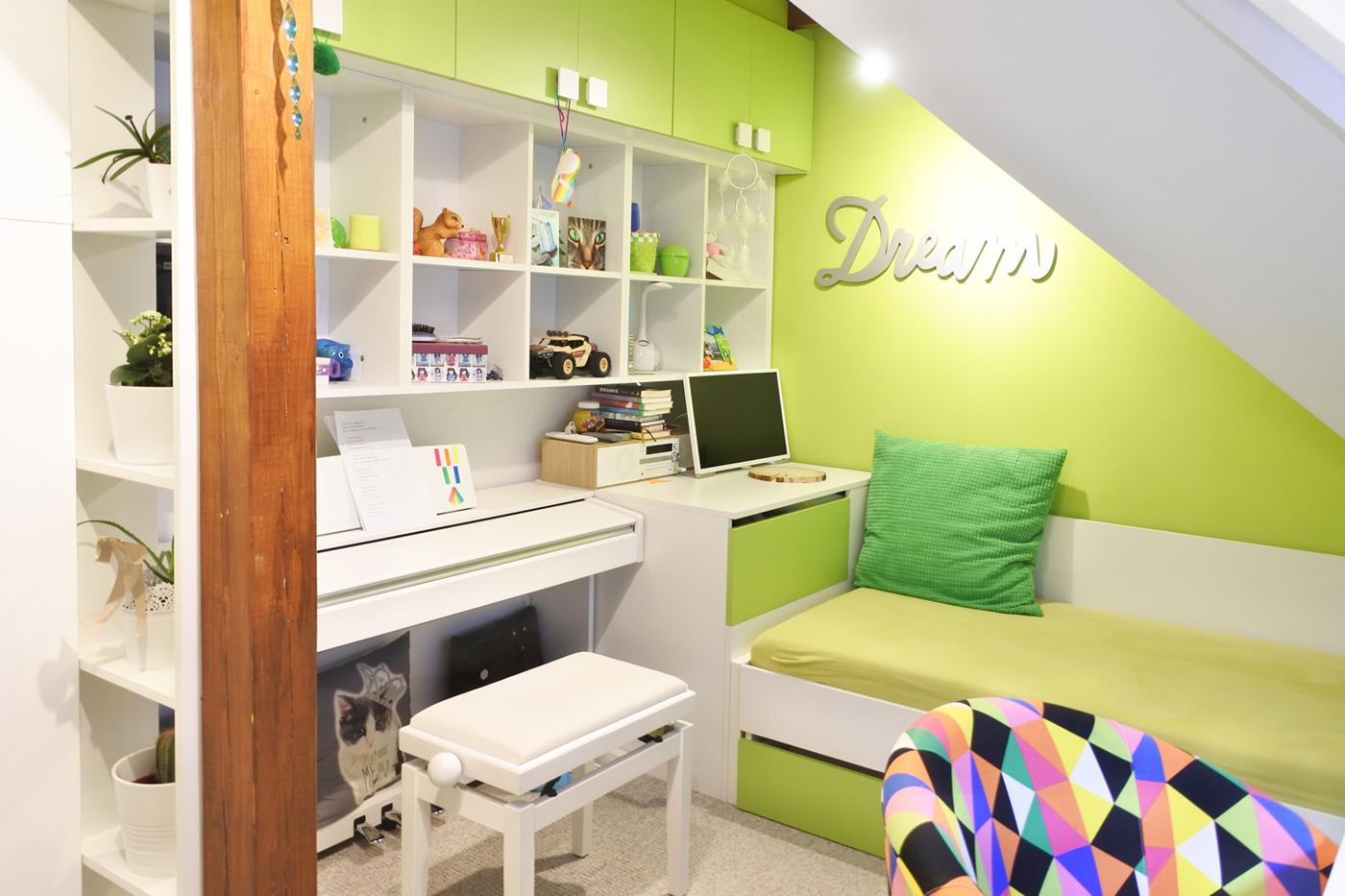 Pokojík mladé slečny, která ráda hraje na klavír obsahuje dostatek nového úložného prostoru i druhou výsuvnou postel k příležitostnému přespání.