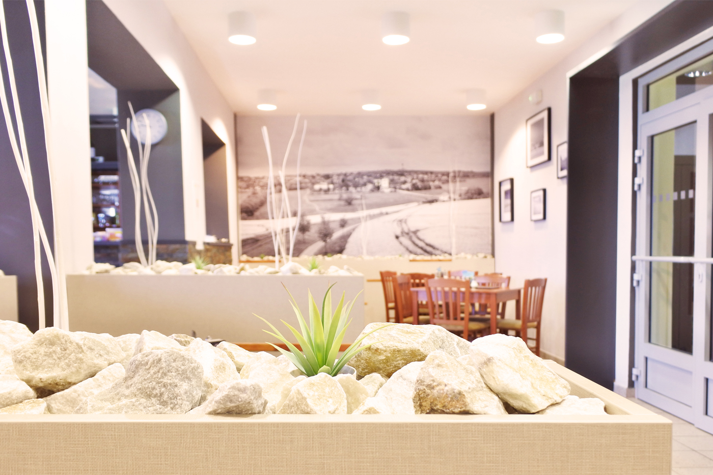 Truhlíky se staly propojujícím elementem a jsou ve všech třech částech restaurace.