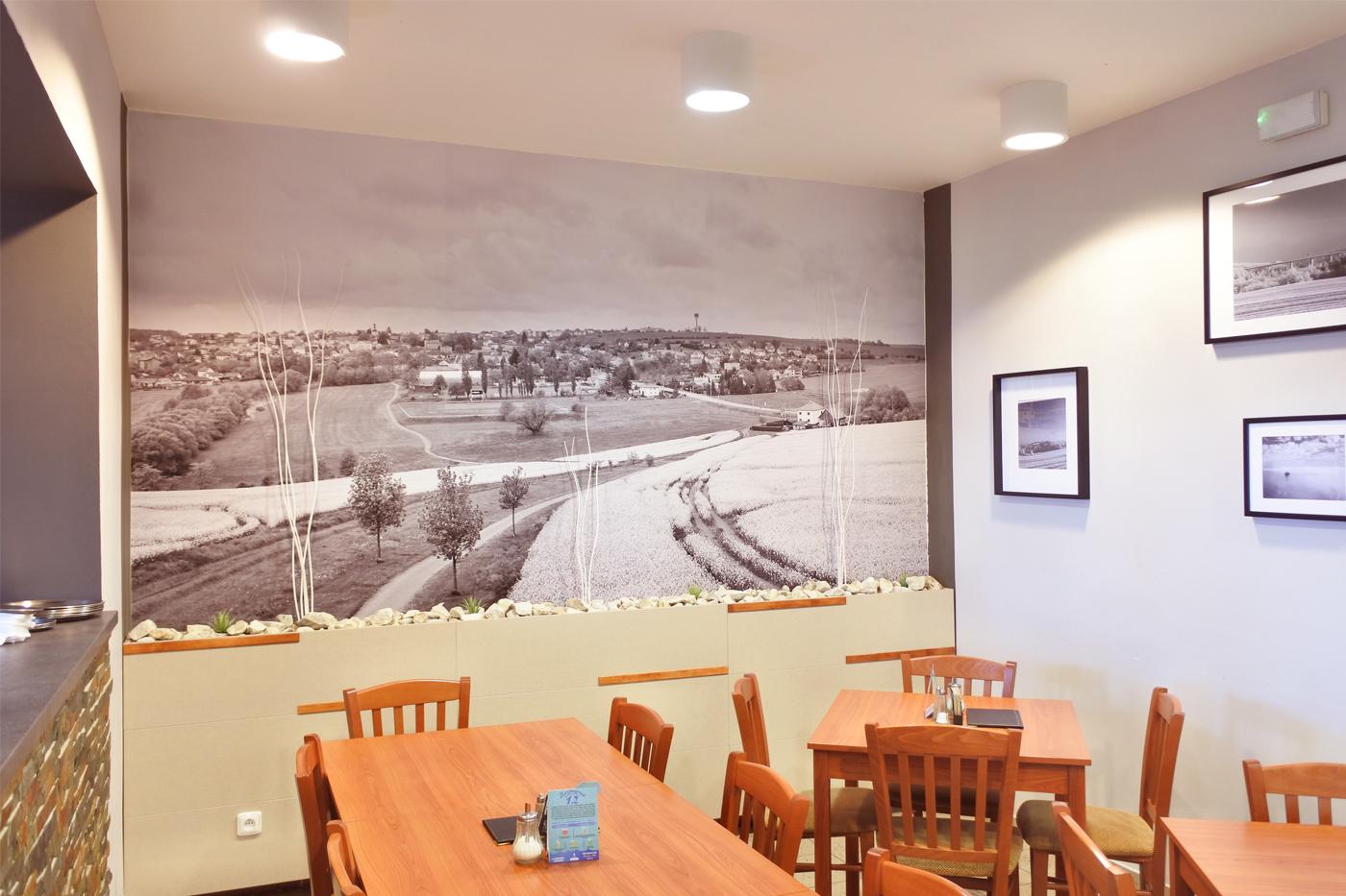 Interiér zdobí velkoformátové fotografie Josefa Marka, které zachycují půvaby obce.