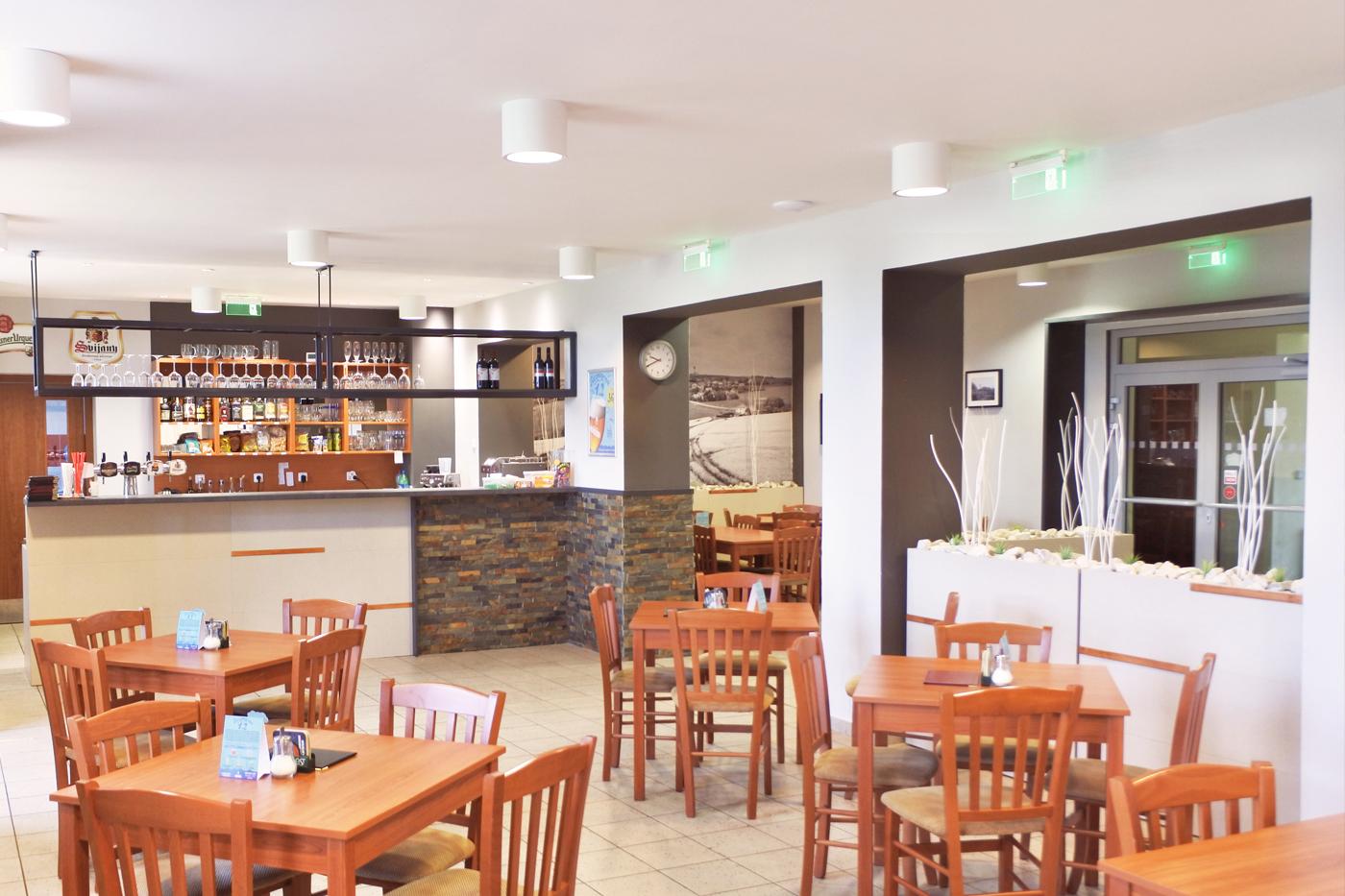 Bar je opláštěný stejným materiálem jako truhlíky a kamenným obkladem.