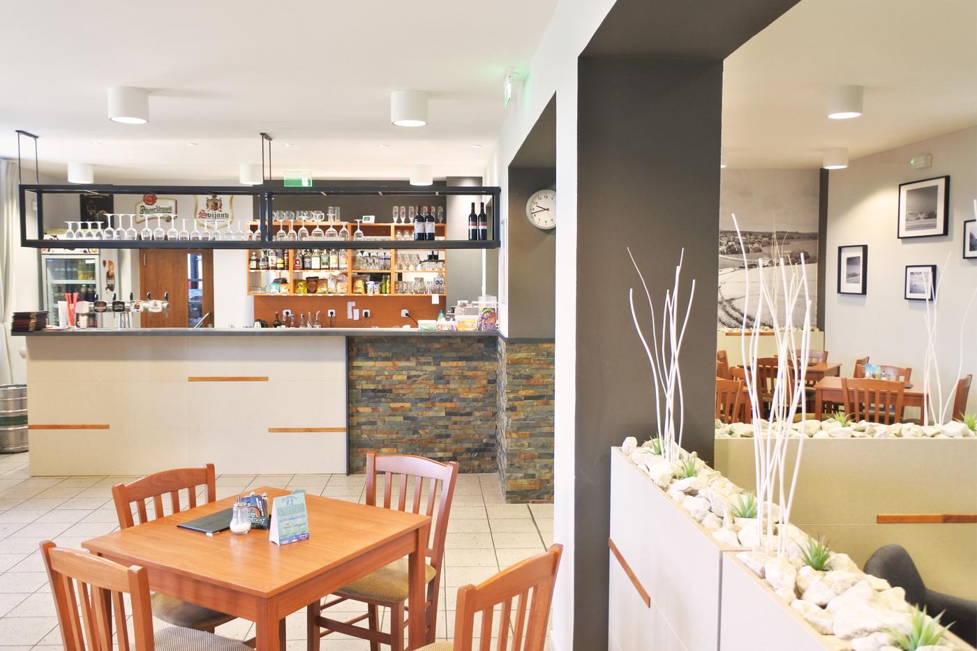 Dále je bar doplněn o horní závěsnou rampu s policemi, kde ještě přibudou retro žárovky.