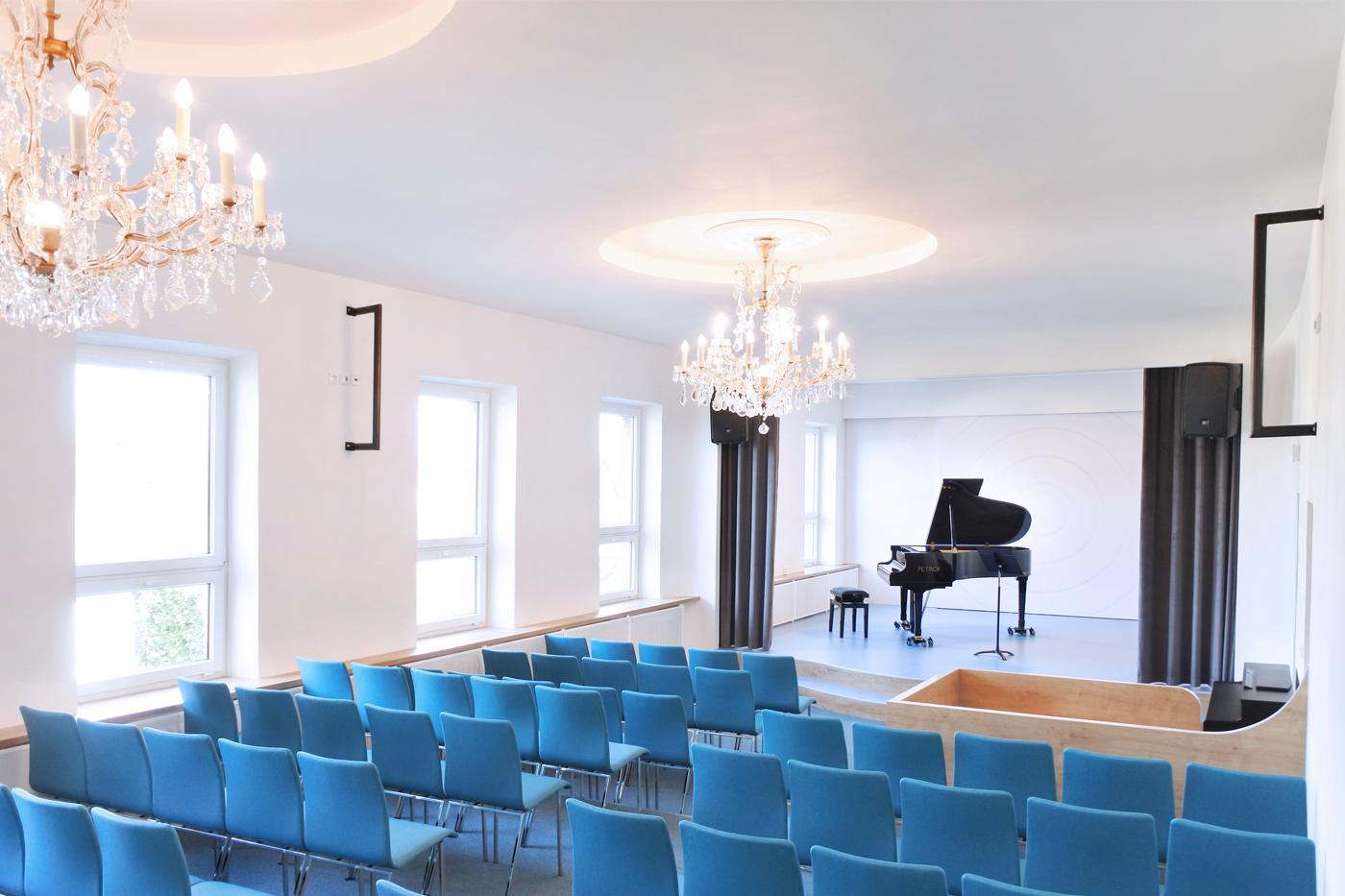 Nové je pódium se zvlněnou forbínou na kterou navazují výrazné oblouky po stranách a stropu jeviště.
