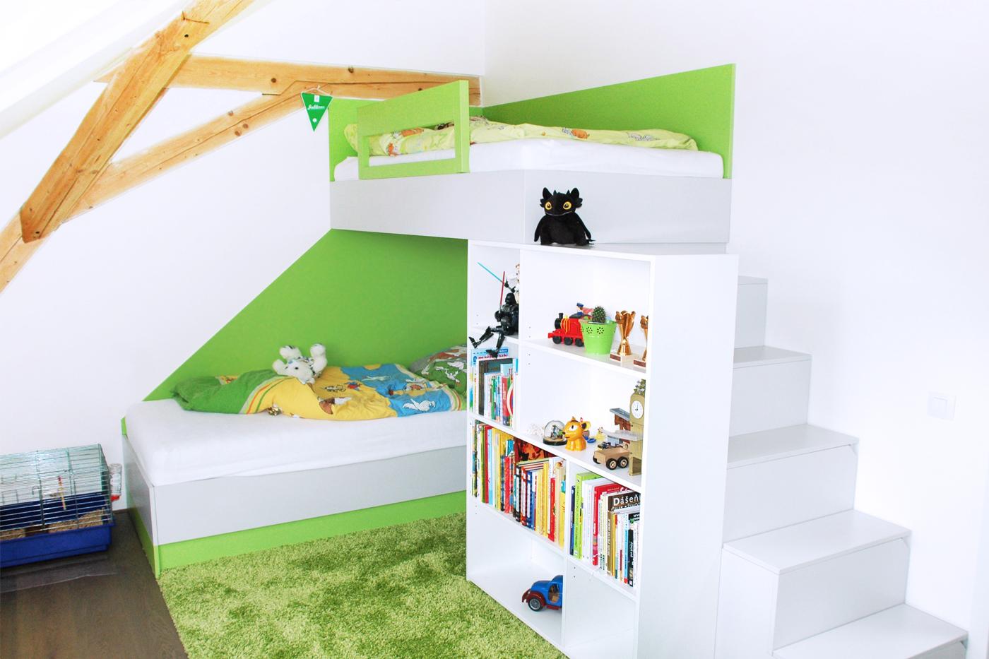 Dětský pokoj pro dva kluky. Hlavním prvkem je blok s patrovou postelí, knihovnou, skříní a schůdky s úložným prostorem.