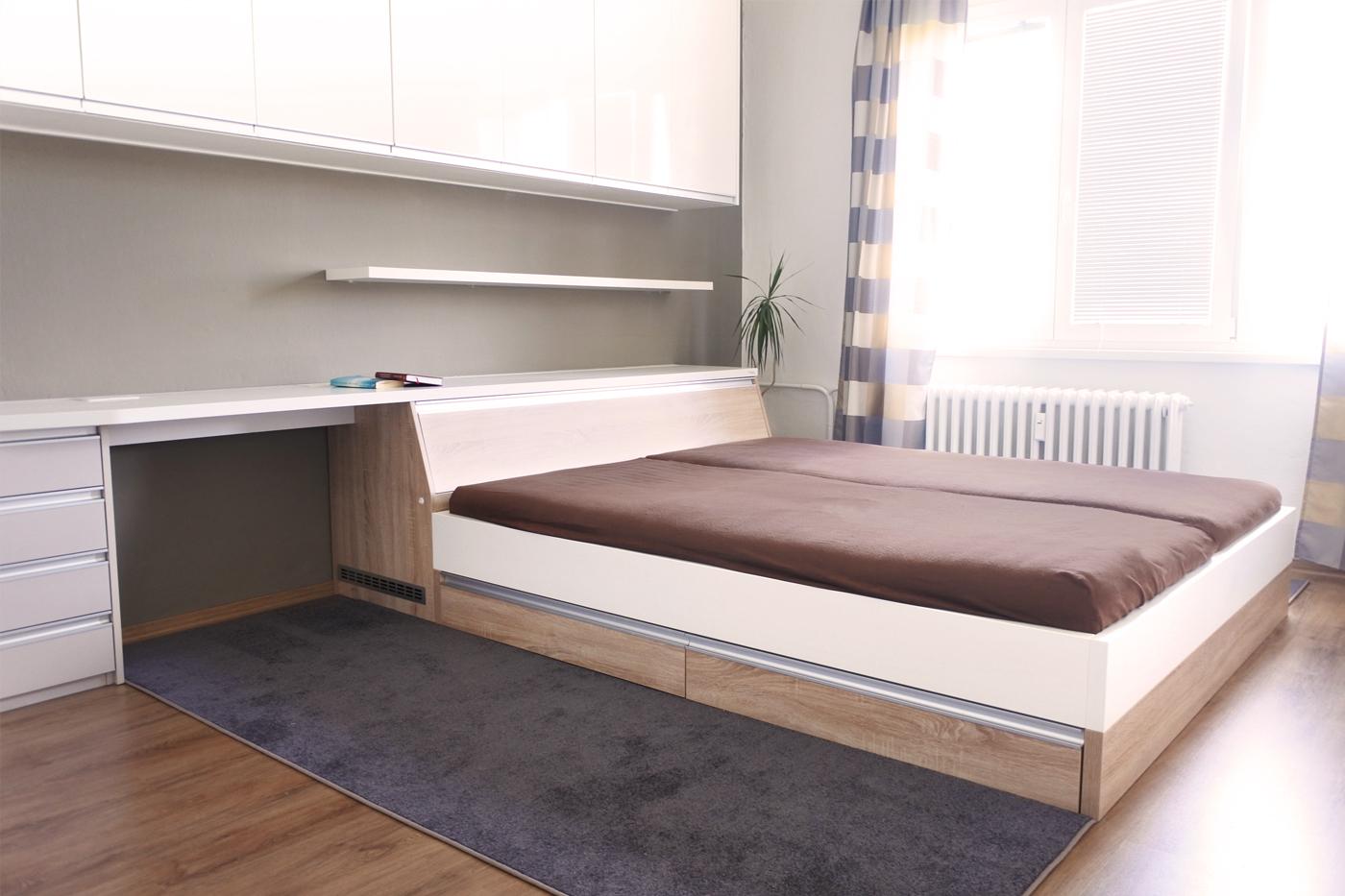Krom dostatečného úložného prostoru má ložnice i menší stůl pro občasnou práci s notebookem.