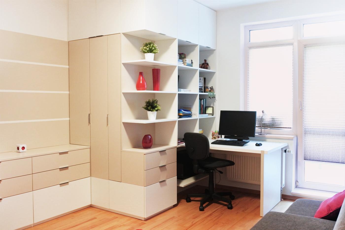 Hostovský pokoj s pracovnou. V jednom nábytkovém bloku je umístěná TV komoda, šatní skříň a knihovna s navazujícím pracovním stolem.