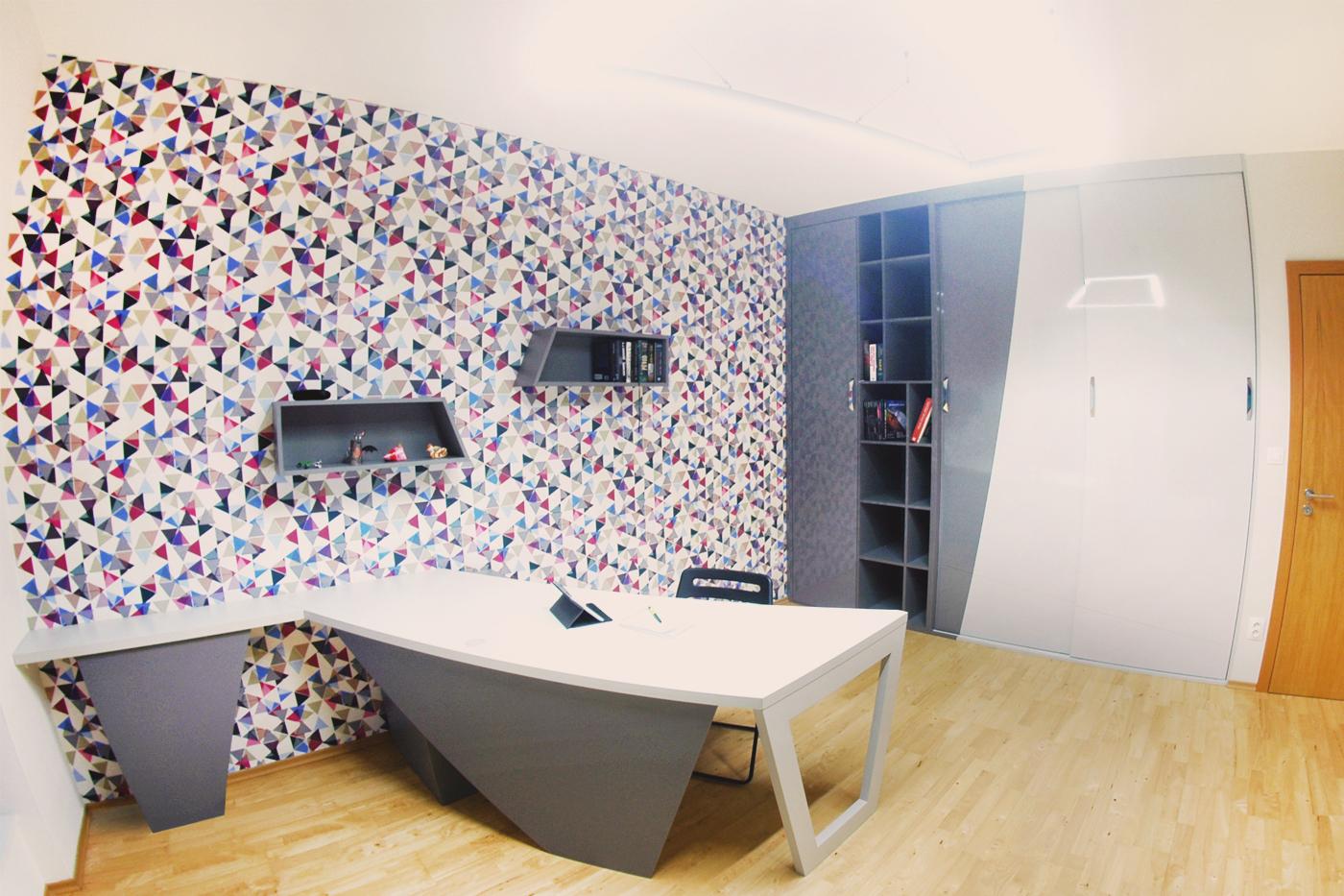 Šikminy a trojúhelníky se tak staly nosným prvkem celkového designu kanceláře bytu v centru Ostravy.