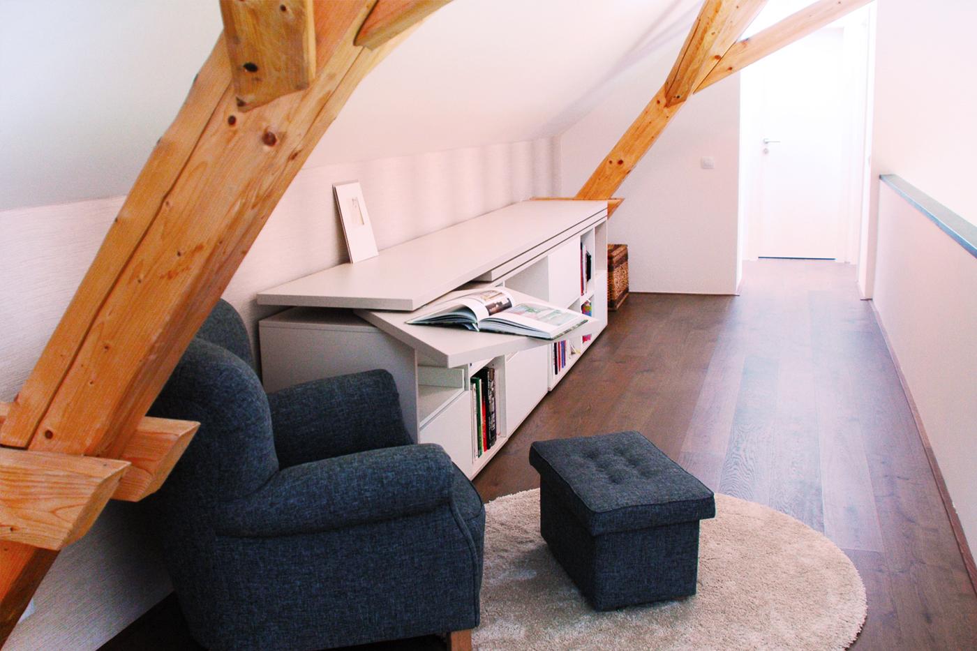 Doplnění galerie v druhém patře domu o pracovně-čtecí koutek. Ten tvoří velká komoda a renovovaný ušák. Komoda na míru a má otočný stolík, a výsuvnou polici pro tiskárnu.