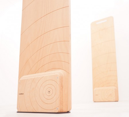 Vyfrézovaný dekor drážek odkazuje na letokruhy stromu, které soustředně vychází z otvoru pro zvukový alarm.