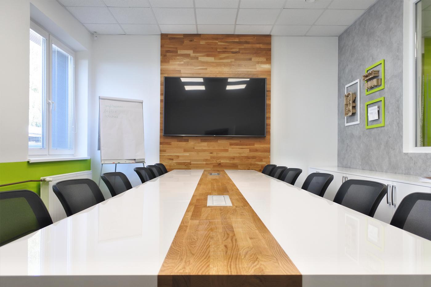 V rámci projektu byly navrženy interiéry kanceláří, zasedací místnosti a denní místnosti.