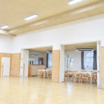Součástí prostoru je i malá restaurace, která se od sálu/tělocvičny předělí skládacími dveřmi.